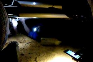 Med ganske begrænset belysning arbejdede mekanikerne. Bl.a. med hjælp fra min pandelampe.